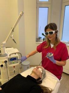 dermatolog sa pacijentkinjom