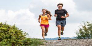 decko i devojka trce u prirodi
