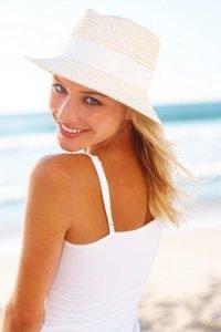 devojka sa sesirom na plazi
